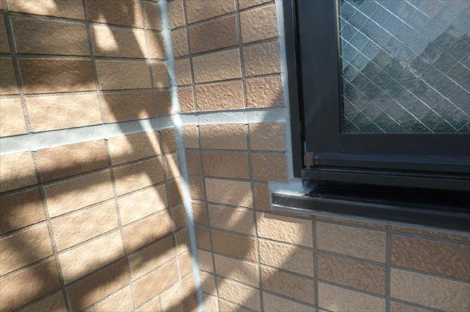 窓周りのコーキングを撤去した後に新しいコーキングを打ち直ししています。